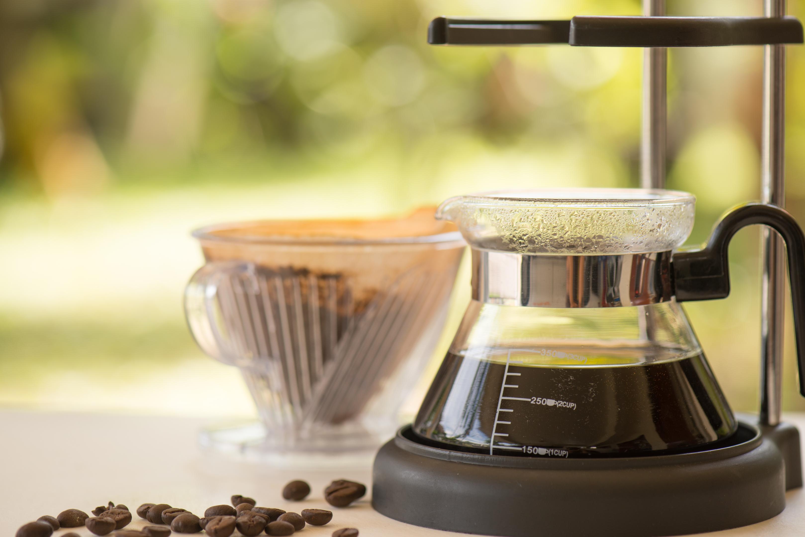 Filterkaffeemaschine mit schwarzem Kaffee
