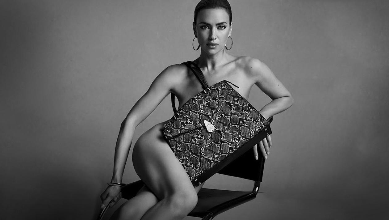 Irina Shayk trägt nichts außer ihrer Handtasche