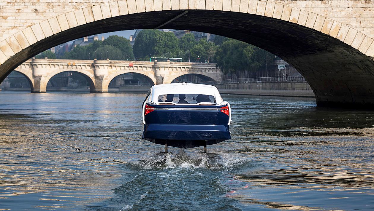 """Wassertaxis """"schweben"""" in Paris über die Seine"""