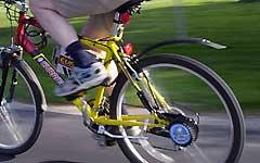 Mountainbiker kracht gegen Pkw