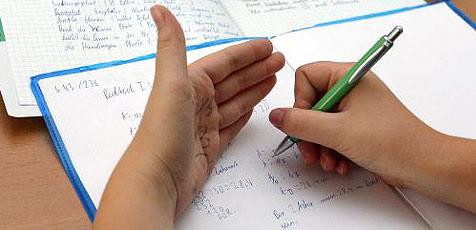 Kasache hatte Schummelzettel mit 25.000 Antworten (Bild: Peter Tomschi)