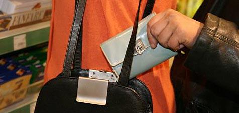 Flinke Taschendiebe plündern Geldbörsen