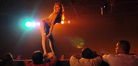 Gefängnisdirektor spendiert einen Striptease