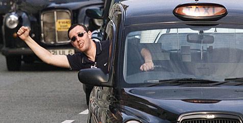Einbrecher wartet vor Haus seines Opfers auf Taxi