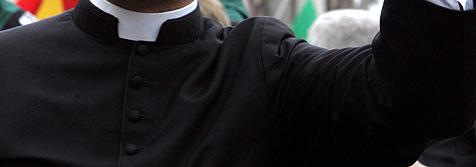 Römischer Priester liest Messe in Shoppingcenter