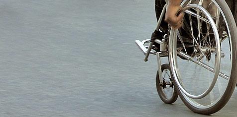 Rollstuhlfahrer fängt ausgerissenen Stier ein