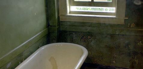 Britin nach Sturz in Badewanne eingeklemmt (Bild: AP)