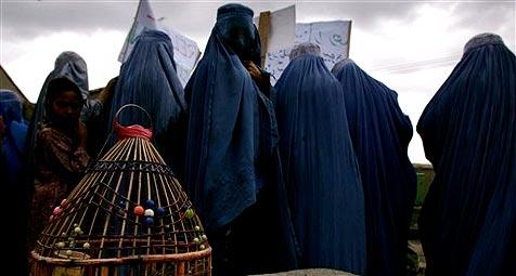 Polizisten jagen in Frauenkleidern Diebe