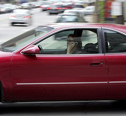 Telefonierende Autofahrer halten den Verkehr auf