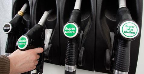 Diebe laden Tankautomat auf (Bild: AP)