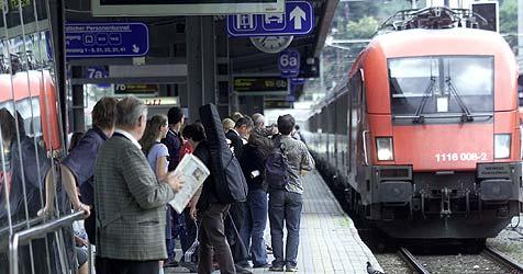 Zug und Schule treffen sich in der Mitte (Bild: Christof Birbaumer)