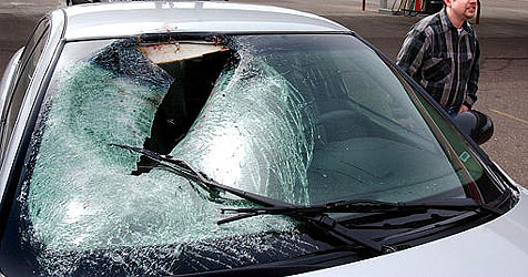 Autos demoliert und Hänger im Bach versenkt