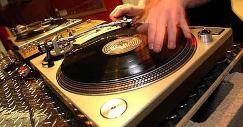 DJ verbreitet gute Laune und erntet dafür Prügel