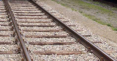 Autofahrer übersieht Zug - Totalschaden bei Pkw (Bild: Andi Schiel)