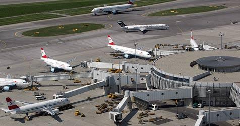 Am Flughafen werden Landebahnen saniert (Bild: Andi Schiel)