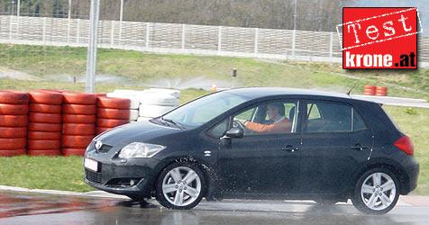 Mit dem Toyota Auris am Wachauring (Bild: Stephan Sch�tzl)