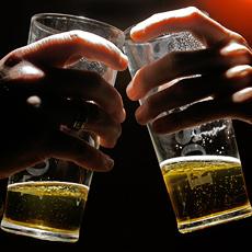 Sohn heuert Pub-Begleiter für einsamen Vater an (Bild: AFP)