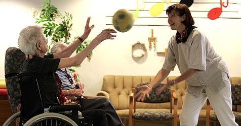 Wenn Oma alleine nicht mehr kann (Bild: APA)