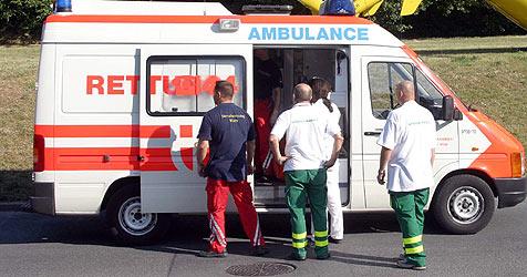 Auto bleibt auf Schienen hängen - Fahrer gerettet (Bild: Klemens Groh)