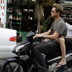 Brad Pitt stürzt auf Flucht vor Fotograf mit Motorrad