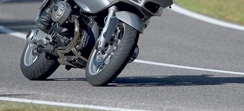 Motorradlenker weicht auf B9 Pkw aus und stürzt (Bild: BMW)