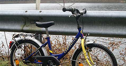 Dreijähriger kracht mit Fahrrad gegen Auto