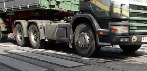Polizei zieht Lkw mit gefährlicher Ladung aus dem Verkehr (Bild: Andi Schiel)