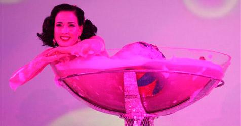 Erotischer Auftritt Dita von Teeses vor Opernball