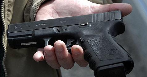 Täter bedroht Frau  in Tankstelle mit Faustfeuerwaffe