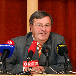 Pfarren unterstützen Dechant Josef Friedl (Bild: APA/rubra)