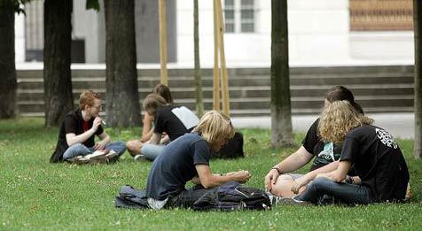 Jeder 5. Jugendliche wächst ohne Erziehung auf (Bild: APA/GUENTER R. ARTINGER)