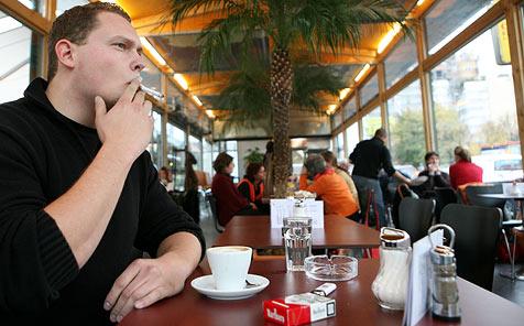 Kopfschütteln um das zahnlose Rauchergesetz (Bild: APA/HELMUT FOHRINGER)
