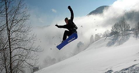 Snowboarder wollen Abfahrt abkürzen und bleiben stecken (Bild: APA/MICHAEL FRUEHMANN/FH-CAMPUS HAGENBERG)