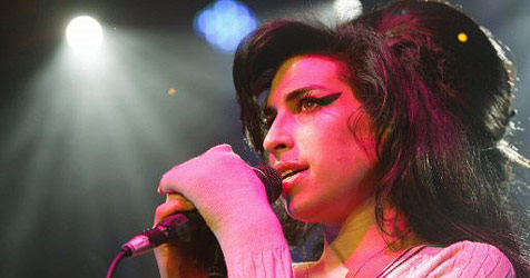 Angeschlagene Amy Winehouse ausgebuht