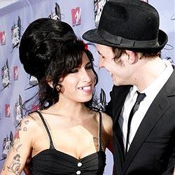 Amy Winehouse flirtet mit ihrem Produzenten