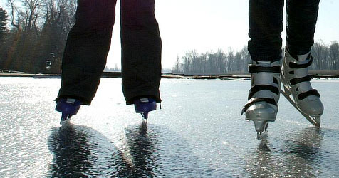 Schlechte Saison für Natureisläufer - Seen kaum gefroren (Bild: APA/HERBERT PFARRHOFER)