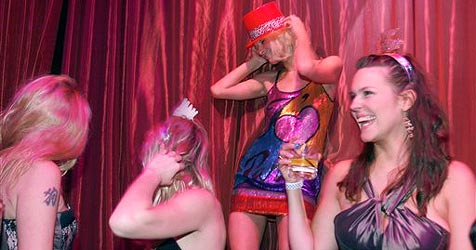 So ausgelassen feierte Paris Hilton Silvester