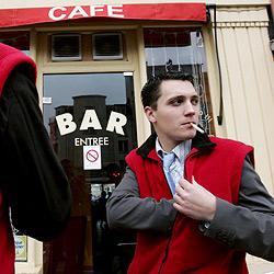 Geborgte Jacken zum Rauchen im Freien (Bild: AFP)
