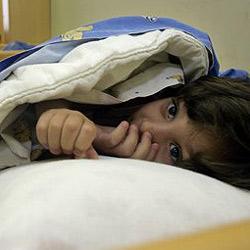 Zehnjähriger Mexikaner klebt sich am Bett fest