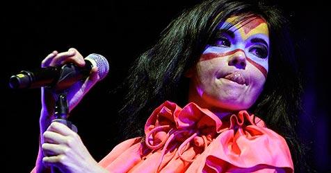 Björk greift Fotografen an und zerreißt sein Hemd