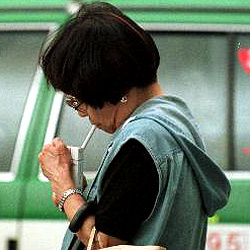 Japans Zigarettenautomaten erkennen Falten