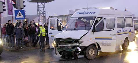 Neun Verletzte bei Schulbusunfall in Micheldorf (Bild: Jack Haijes)