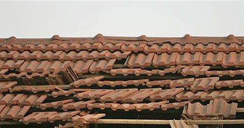 Mysteriöses Metallobjekt durchschlägt Hausdach
