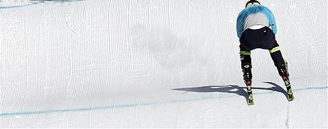 Student fährt auf Skiern über die Autobahn