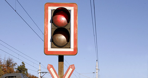 Lkw zwischen Bahnschranken gefangen (Bild: Klaus Kreuzer)