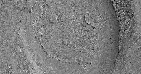 NASA-Sonde entdeckt lachendes Mars-Gesicht (Bild: NASA /JPL/MSSS)