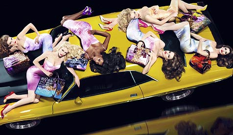 Top-Models räkeln sich auf Richard-Prince-Dodge (Bild: APA/PURE THOUGHTS/2007ICHARD PRINCE)