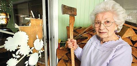 89-Jährige kämpft sich mit Axt zurück ins Haus (Bild: AP/The Durango Herald,Jerry McBride)