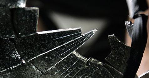 Rowdys schlagen in Seekirchen zwölf Autoscheiben ein