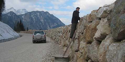 Lärmschutzmauer für Privatumfahrung (Bild: Richard Schmitt)